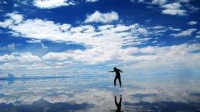 Salar de Uyuni, na Bolívia. O deserto de sal conta com aproximadamente 64 milhões de toneladas de sal e tem uma área quase 8 vezes maior que a cidade de São Paulo. Fonte: http://revistarumo.com.br