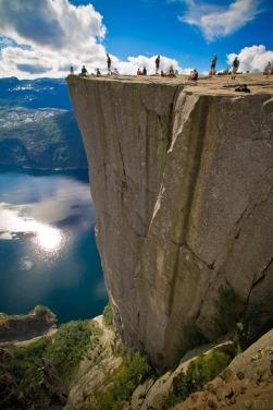 Falésia em Preikestolen, na Noruega. Foto: Thomas Trommer