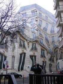 Prédio Hausmannian na avenida Georges 5º, em Paris. Imagem: http://www.universocurioso.net/